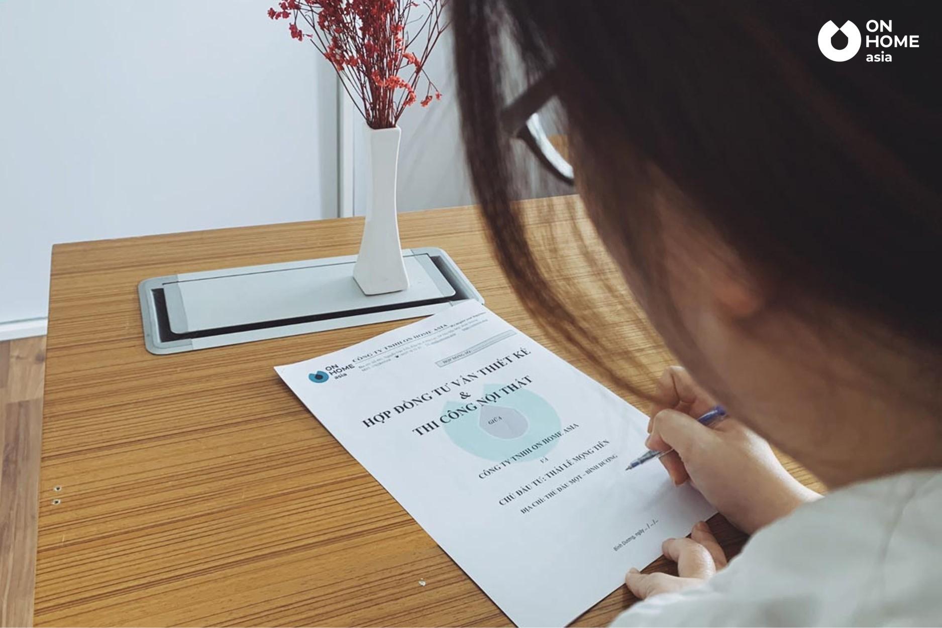 Khách hàng nhận được báo giá sơ bộ và ký hợp đồng thiết kế nội thất