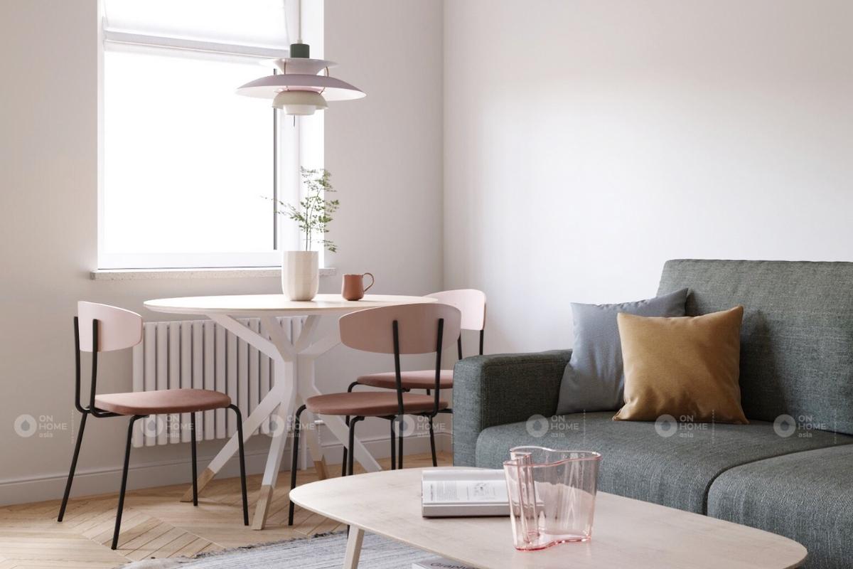 Phòng khách có bộ bàn ghế nhỏ cạnh sofa giúp mở rộng không gian sinh hoạt của gia đình